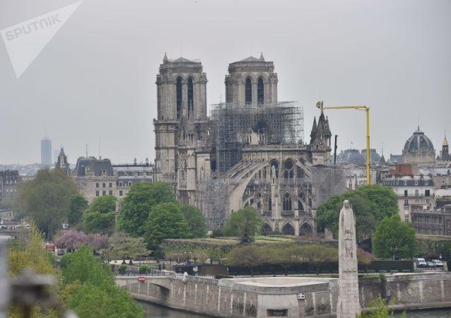 La cathédrale Notre-Dame de Paris après l'incendie, vue du toit de l'Institut du monde arabe