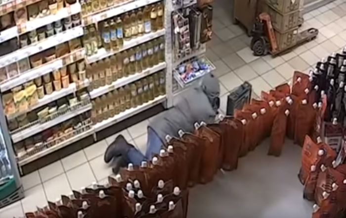 Infiltration en mode «chenille»: il rampe au travers d'un magasin pour voler un distributeur