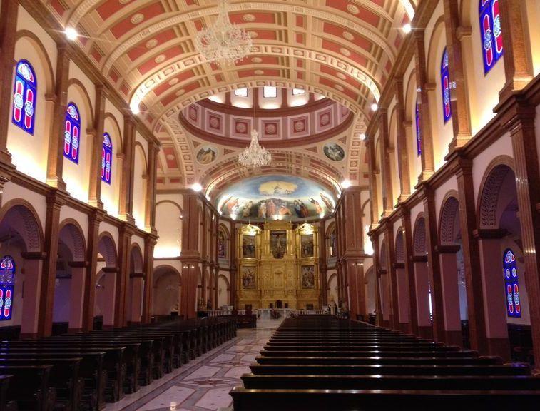 Basilique de l'«Immaculée Conception de la Vierge Marie» de Mongomo, vue de l'interieur.