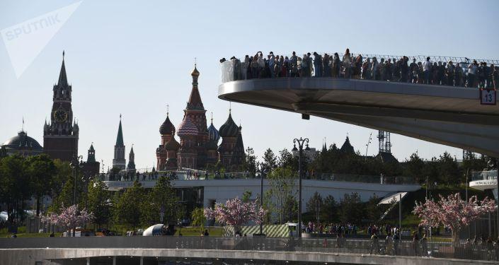 Visiteurs sur le pont «flottant» dans le parc Zariadié à Moscou, 2018