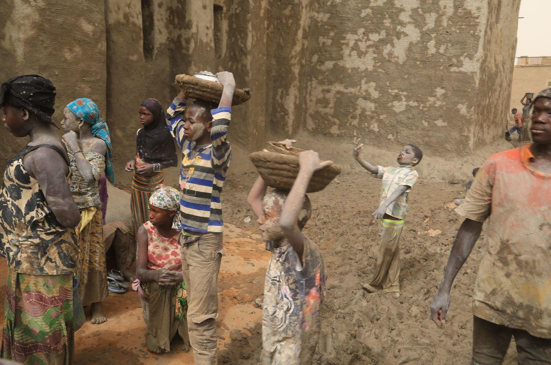 Des enfants de Djenné, au Mali, participent au crépissage de la mosquée, le 28 avril 2019.