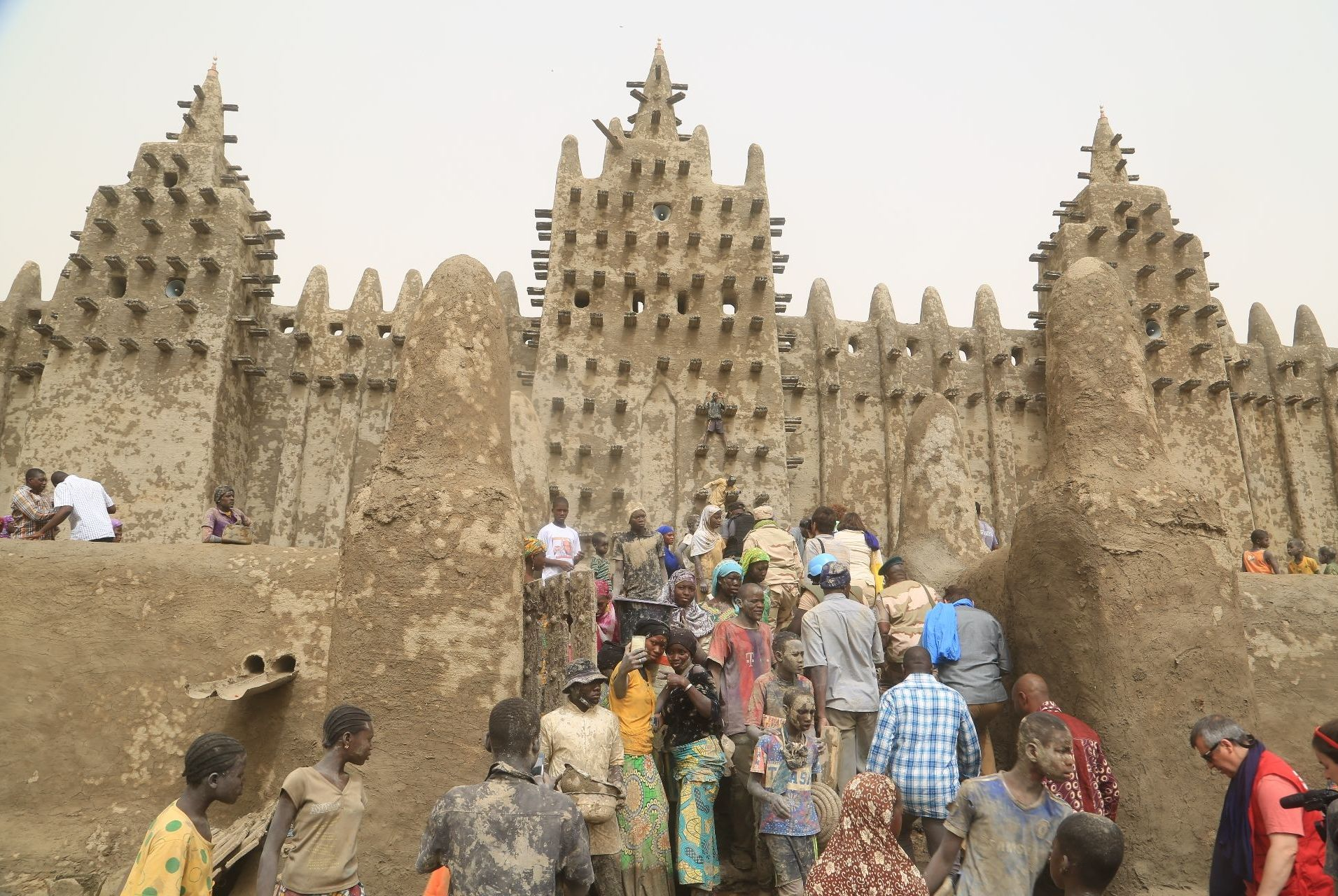 Des habitants de Djenné, au Mali, participent au crépissage de leur mosquée, le 28 avril 2019.