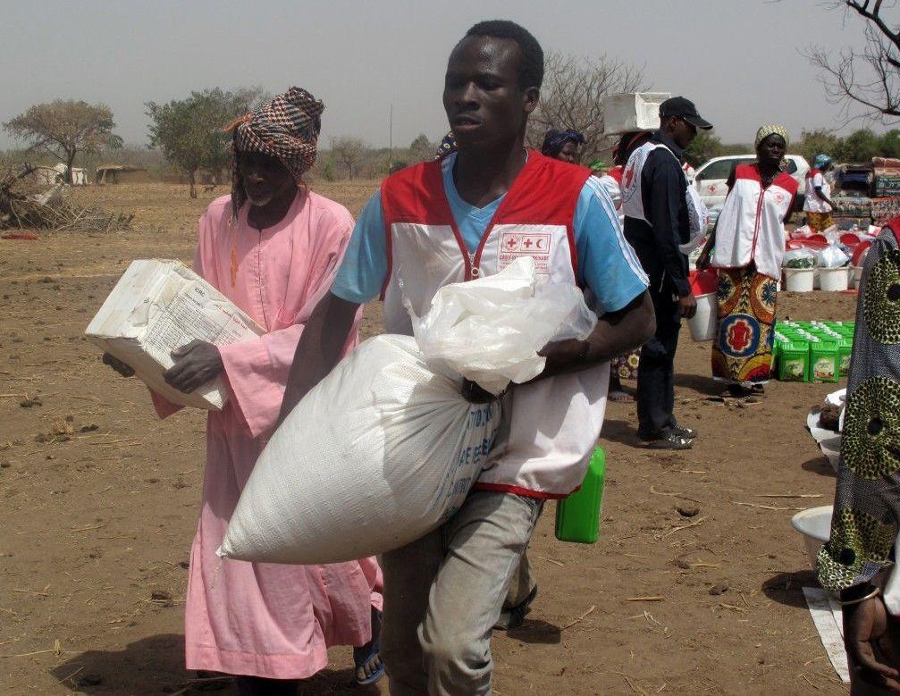 Don de vivres du CICR à des populations dans l'est du Burkina en 2015