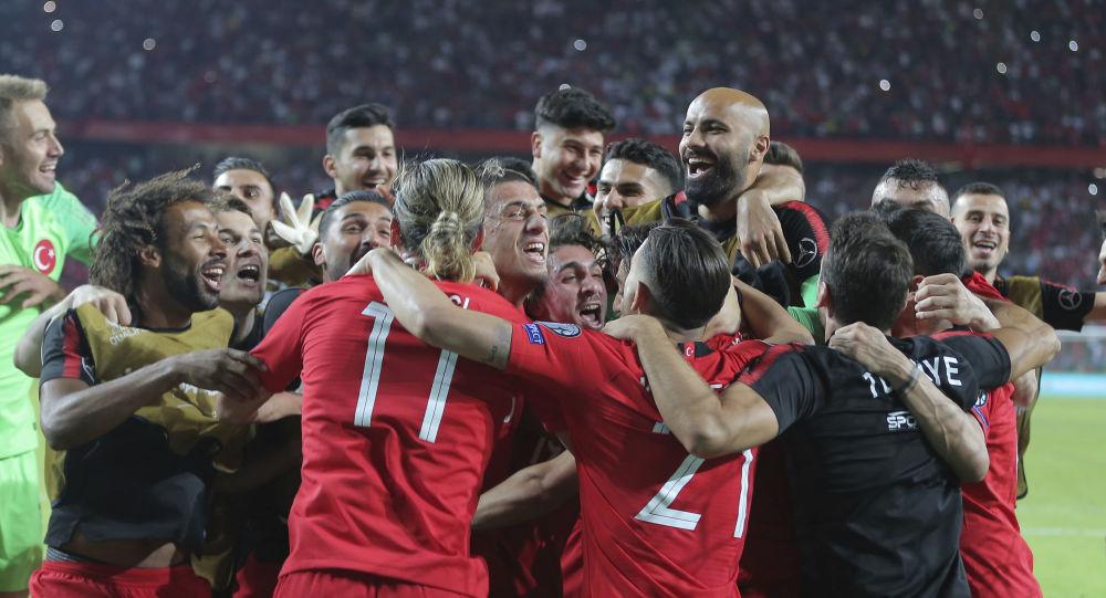 Les footballeurs turcs après avoir remporté un match des éliminatoires de l'Euro 2020 contre les Bleus