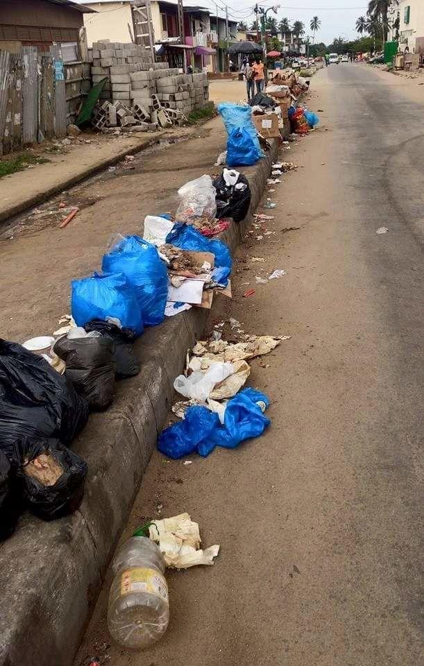 Une rue d'Abidjan jonchée de déchets plastiques.  @ Roland Klohi pour Sputnik