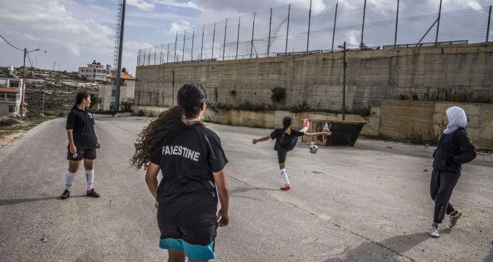 Leila, Majdoleen et leurs amies jouent pour l'équipe U17 de Palestine. Cela leur a donné l'opportunité de sortir de Cisjordanie et de « voir autre chose », comme peu d'autres filles de leur âge en ont l'occasion. Dans un contexte d'occupation, explique Raja leur coach de 33 ans,, « le football donne un sentiment de liberté. Il permet de reprendre le contrôle de sa vie, de ses décisions, de ses mouvements. On est en charge. On est au pouvoir. On a des droits. On se sent normal ».