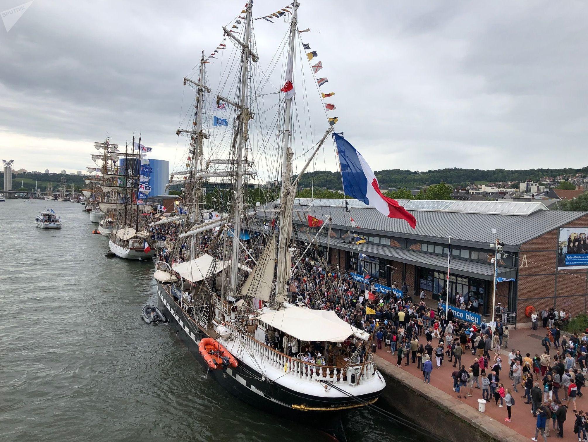 Des navires à voile accostés le long des quais à Armada de Rouen