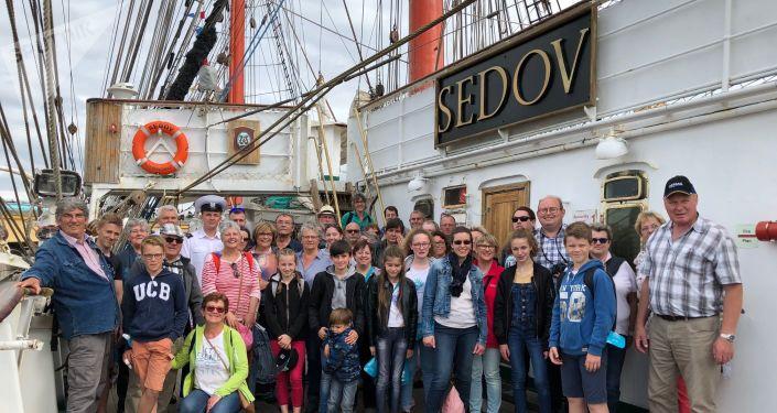 """Les habitants de Saint-Jean-de-Folleville sont accueillis à bord du """"Sedov"""""""