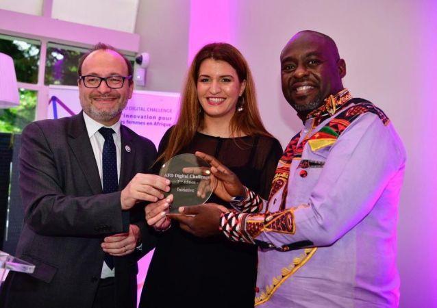 Serge Armel Ndjijou, reçoit le prix AFD digital challenge à Paris