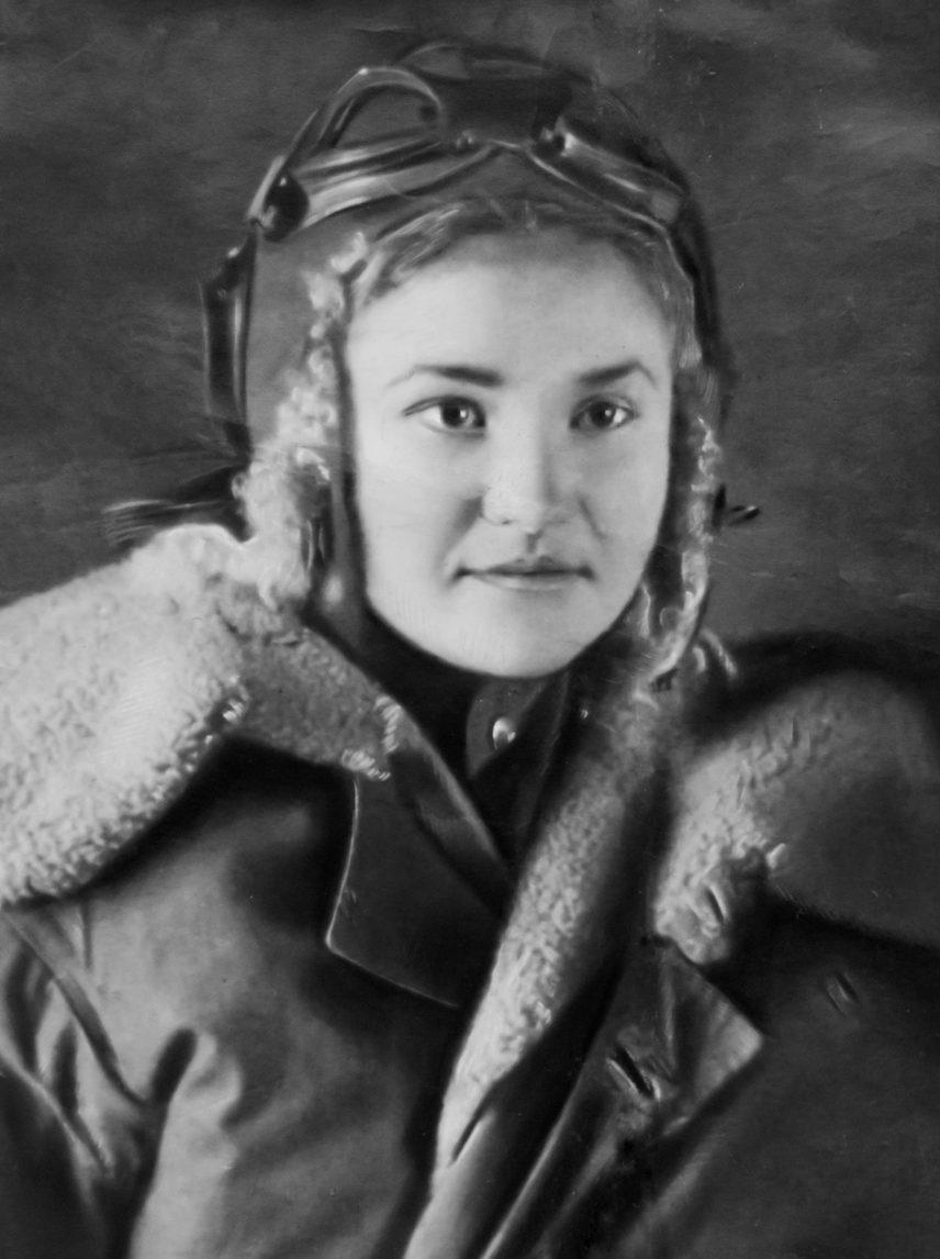 Galina Brok portant son uniforme de pilote soviétique