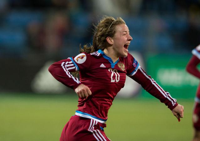 La joueuse de l'équipe nationale russe Margarita Chernomyrdina se réjouit d'avoir marqué un but lors du match de qualification de l'Euro 2017 de l'UEFA opposant les équipes nationales de la Russie et de la Hongrie.