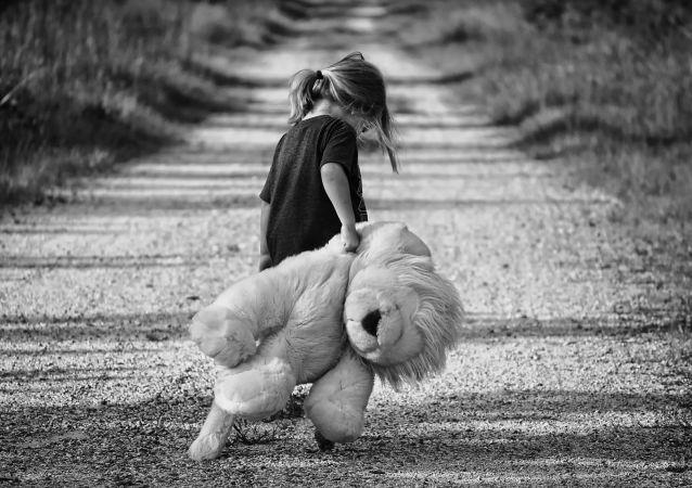 une fille triste, une fille triste, image d'illustration