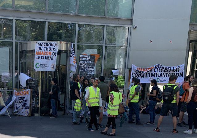 Des militants écologistes et des Gilets jaunes bloquent le siège d'Amazon à Paris, le 2 juillet