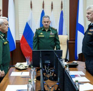 Le ministre russe de la Défense Sergueï Choïgou (au centre) lors de la minute de silence avec des enquêteurs des causes de la tragédie sur un sous-marin russe
