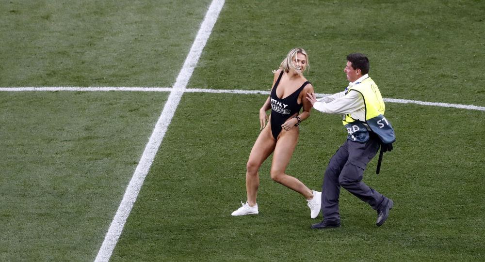La strikeuse de la C1 finit en prison lors de la finale de la Copa America - images