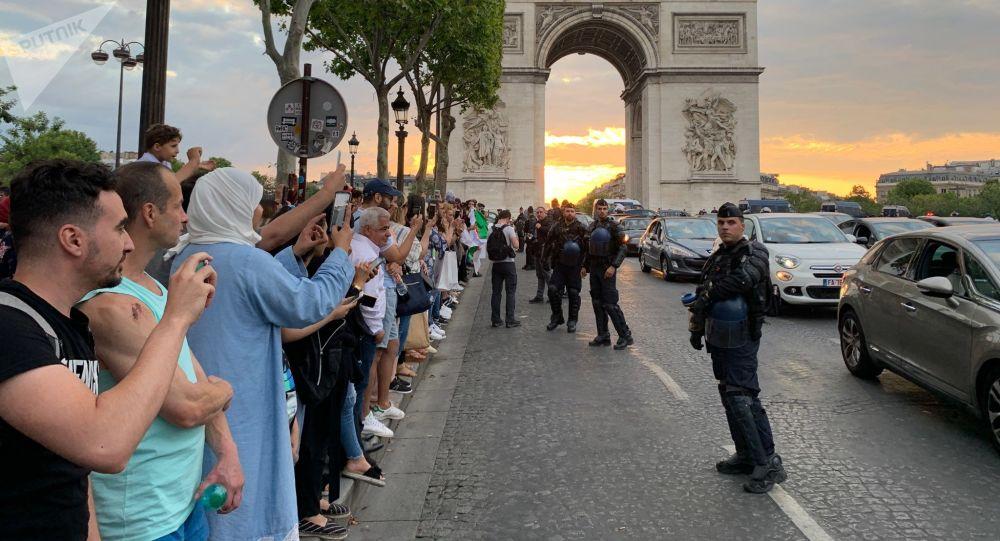 La tension monte sur les Champs-Élysées, des magasins pillés après la victoire de l'équipe d'Algérie
