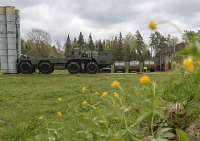 Un système de défense antiaérienne S-400 lors d'un exercice dans la région de Moscou
