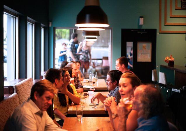 Les gens dans un restaurant (image d'illustration)