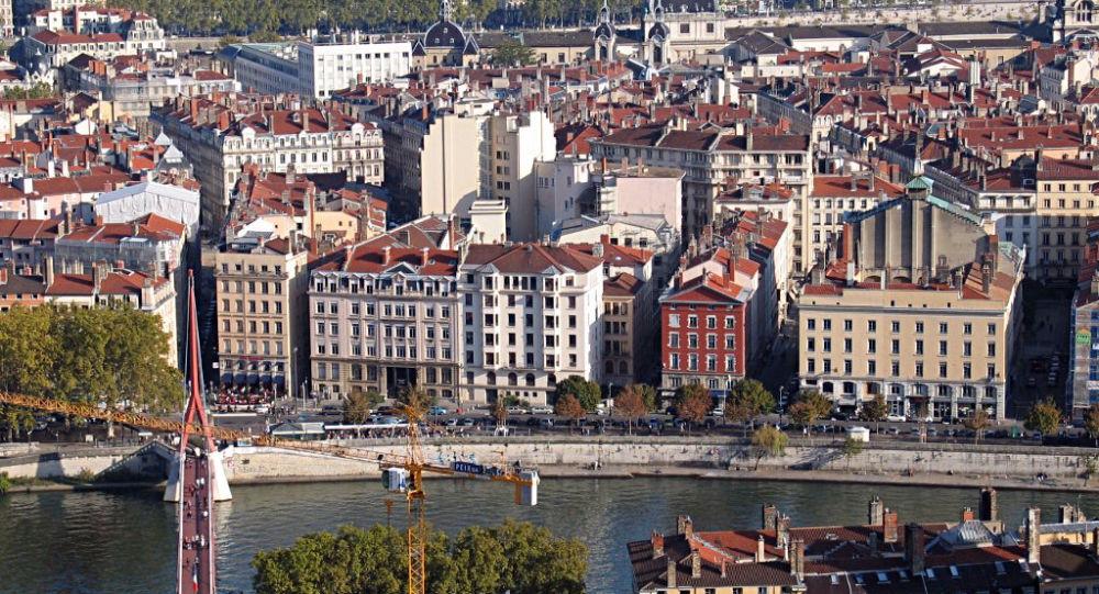Des Gilets jaunes prennent pour cible la permanence d'un député LREM à Lyon - images