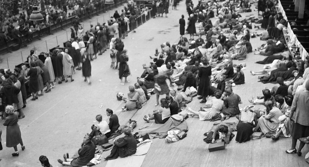 Des Français ayant collaboré avec l'occupant allemand arrêtés et rassemblés au Vélodrome d'Hiver, à Paris, après la libération de la capitale en août 1944.