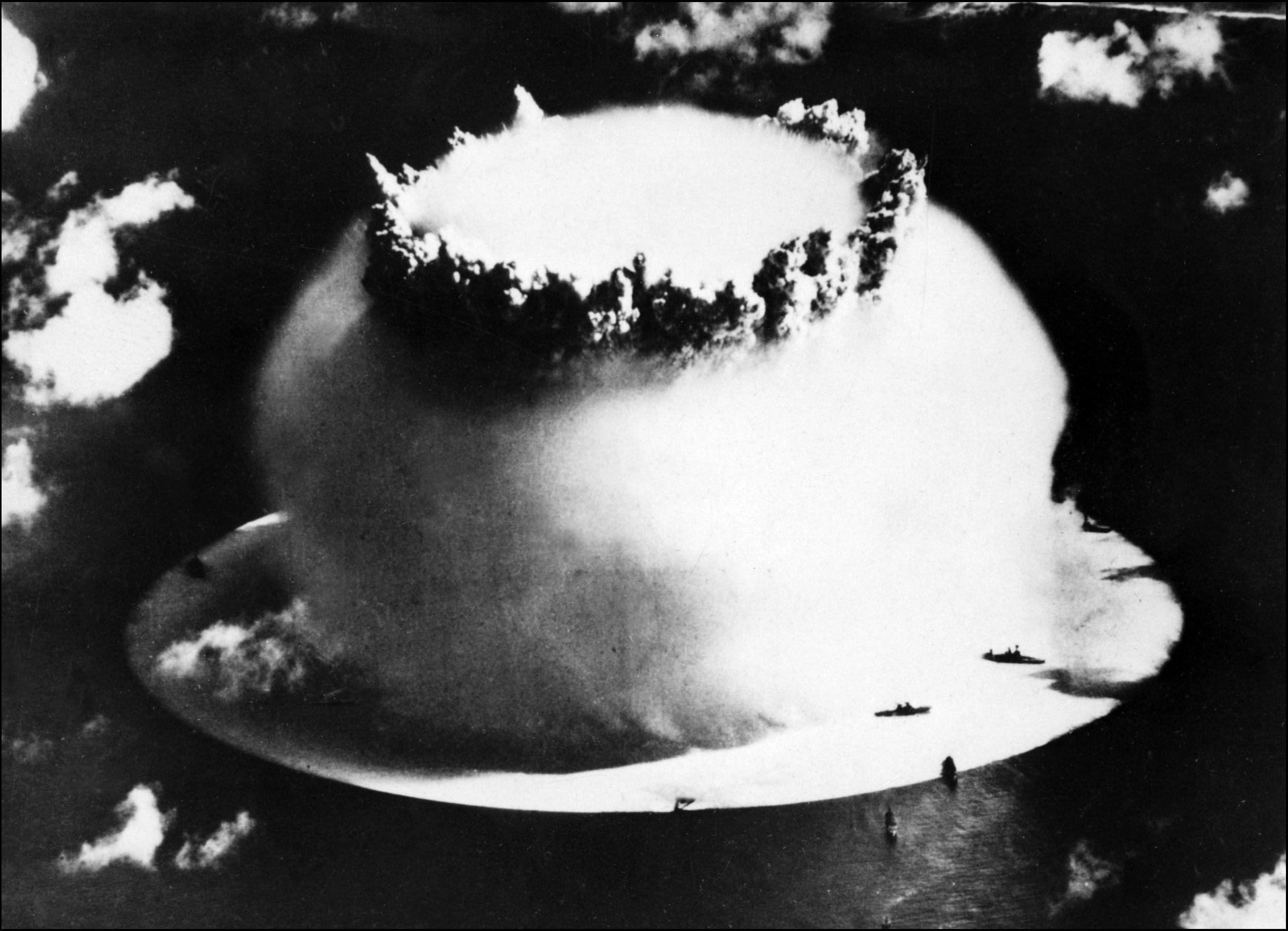 Le champignon après l'explosion d'une bombe atomique lors des essais nucléaires US sur l'atoll de Bikini, 1946