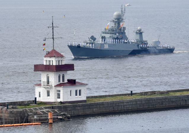un défilé naval à Kronstadt