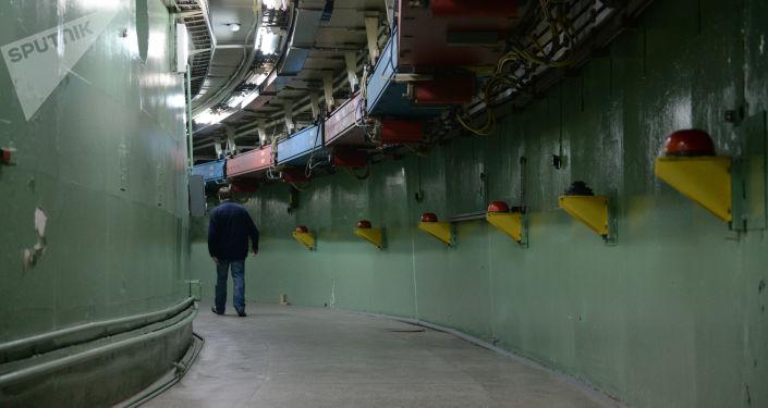 Сотрудник научного центра идет по тоннелю накопительного кольца коллайдера ВЭПП-4М в Институте ядерной физики имени Г.И. Будкера в Новосибирске.
