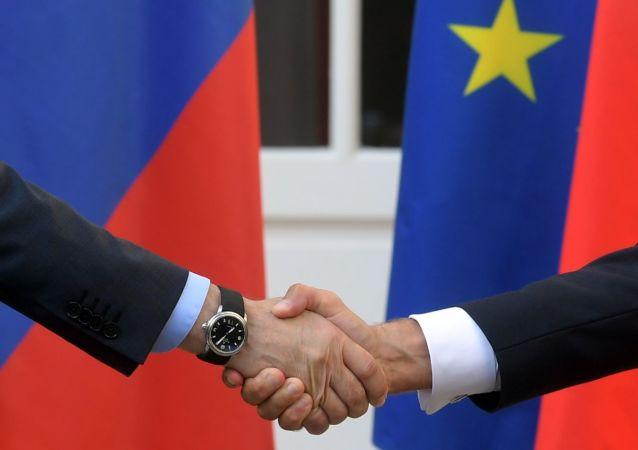 Une poignée de main de Macron et Poutine lors de la visite de ce dernier au fort de Brégançon