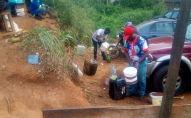 Des convoyeurs venus livrer du carburant dans des seaux au marché noir.