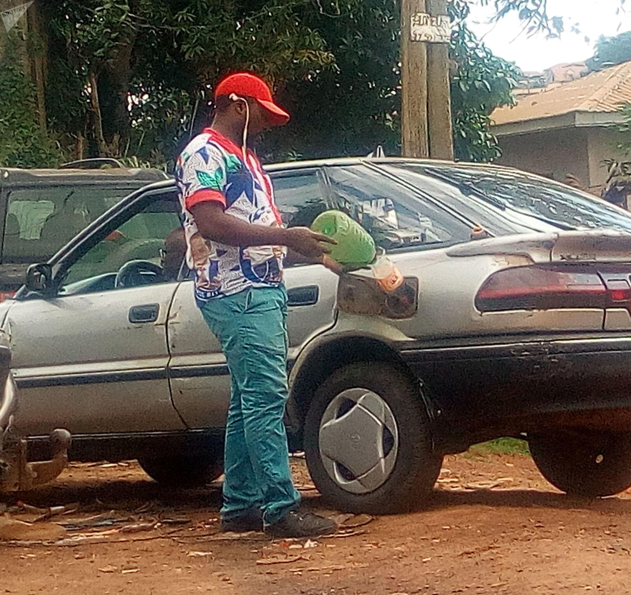 Un jeune vendeur de carburant de contrebande