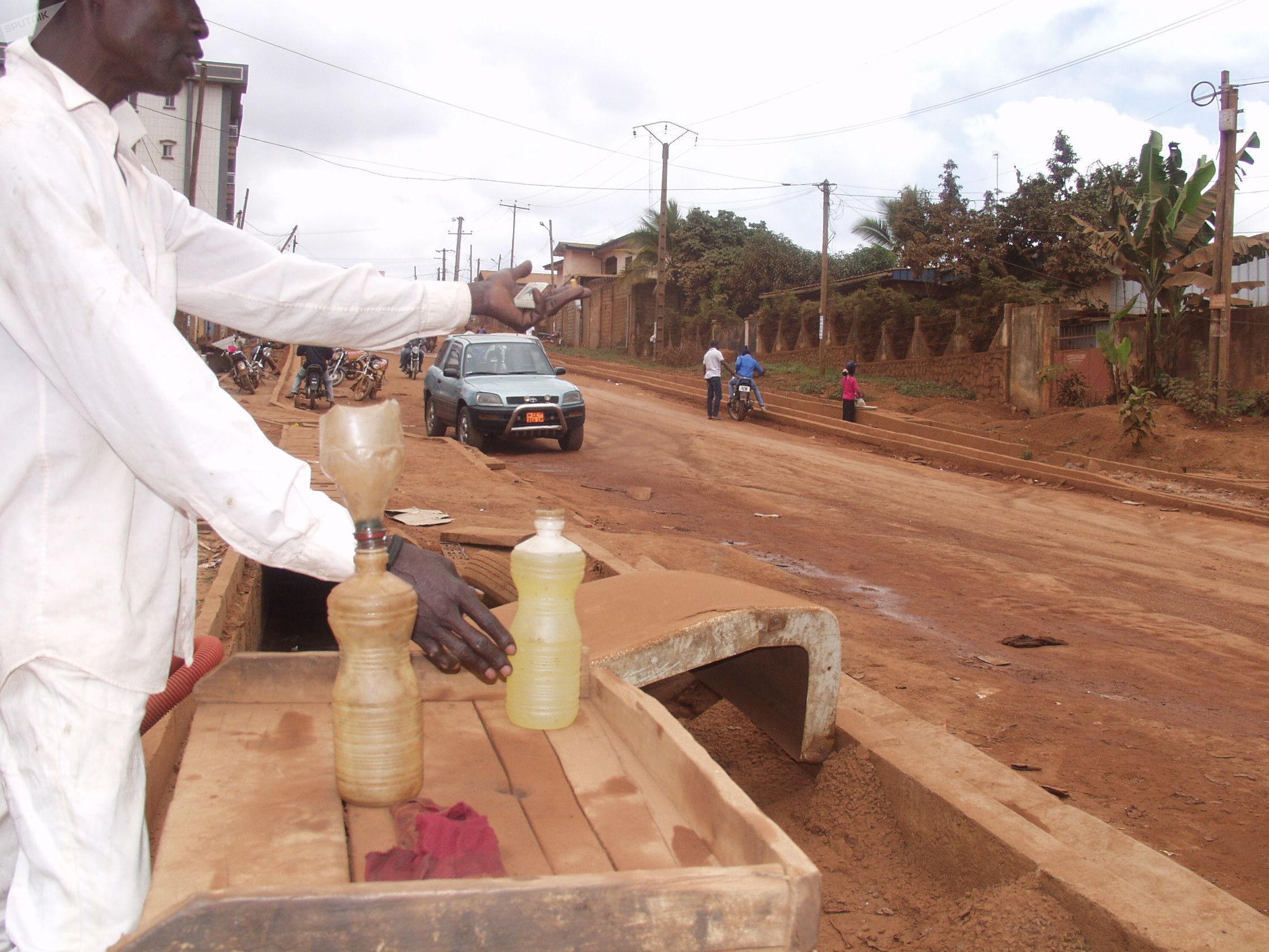 Aliou, vendeur illicite de carburant au quartier Etoudi à Yaoundé