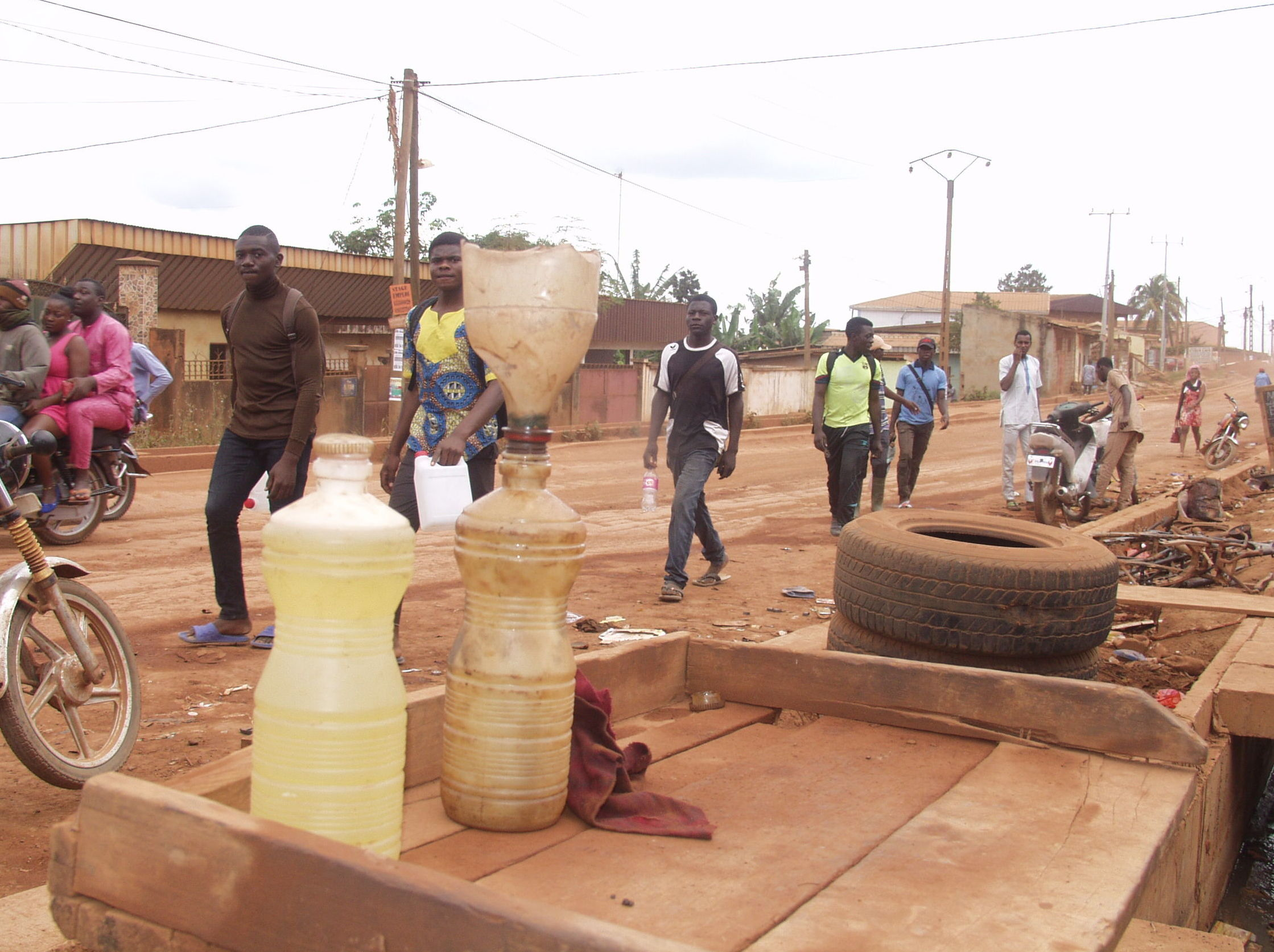 Du carburant frelaté exposé au bord de la route à Yaoundé