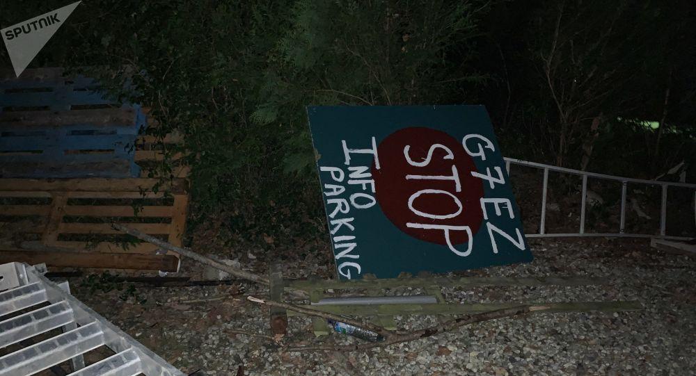 À la veille de l'ouverture du G7 à Biarritz, des anti-G7 se sont barricadés dans leur camp à Urrugne