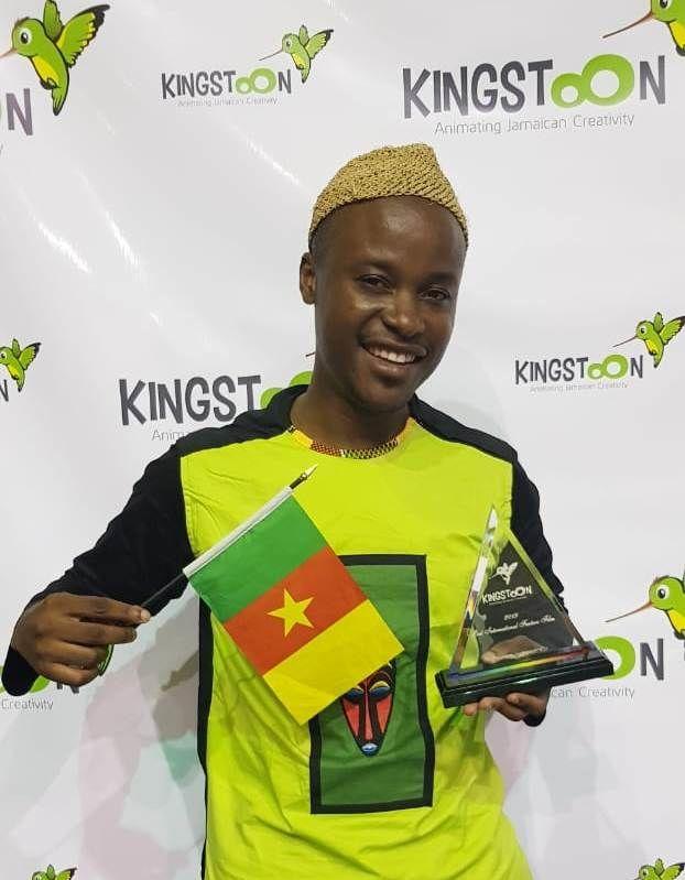 Claye Edou recevant le Prix du meilleur long-métrage international au festival KingstOOn à Kingston en Jamaïque