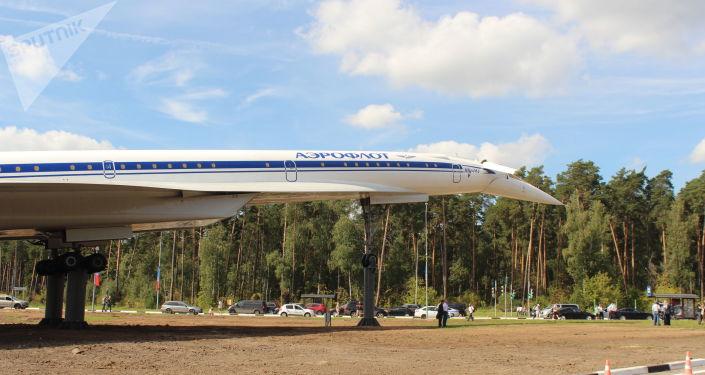 Le Tu-144 restauré installé près d'un rond-point à l'entrée de Joukovski