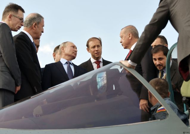 Les Présidents Poutine et Erdogan visitent un Su-57 au Salon MAKS-2019