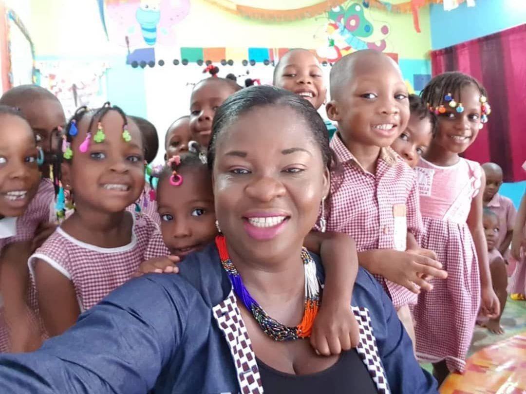 Sara Adico entourée d'apprenants de la maison de l'enfant