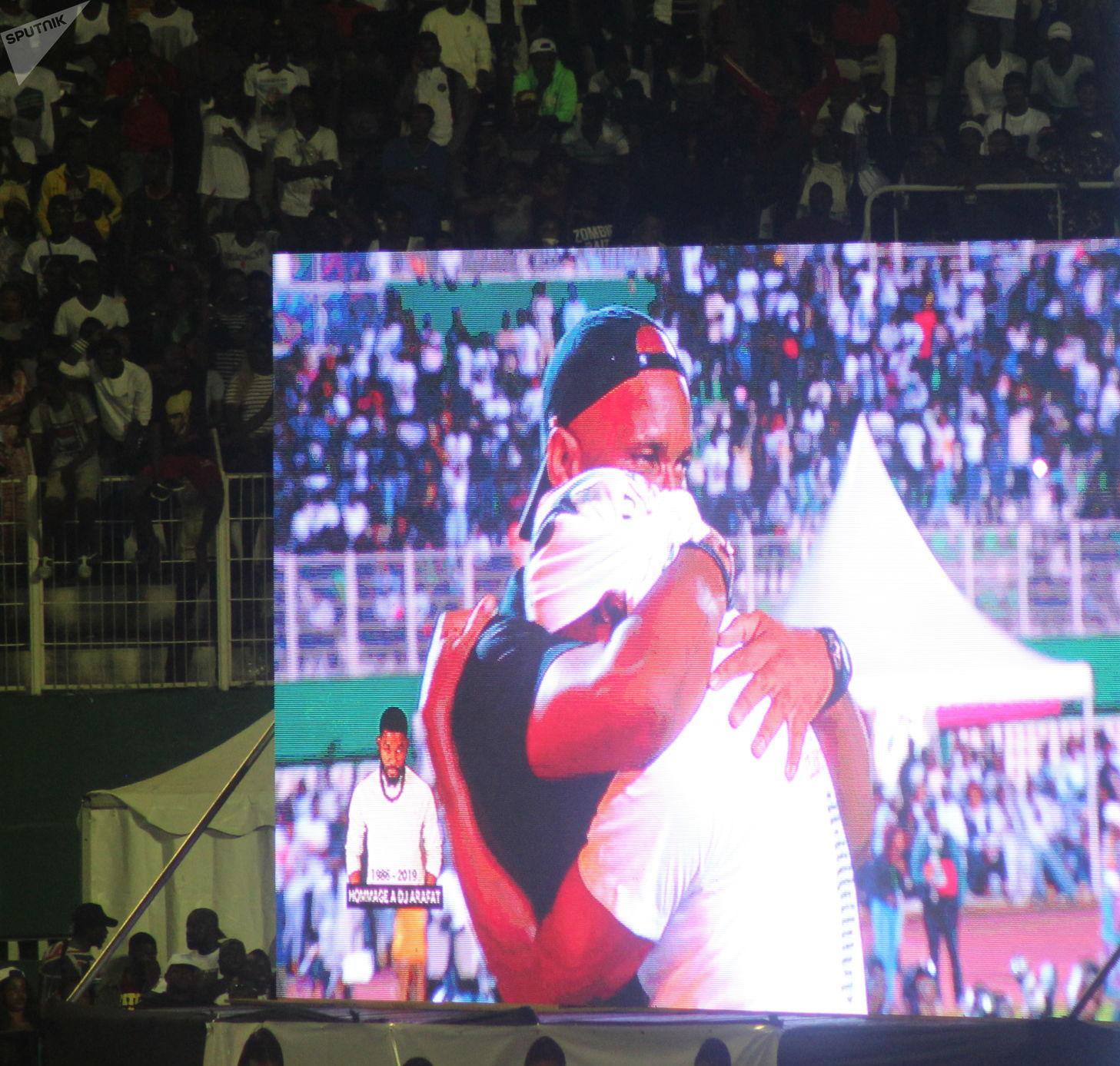 Kader Kéita pleurant à chaudes larmes dans les bras de Didier Drogba
