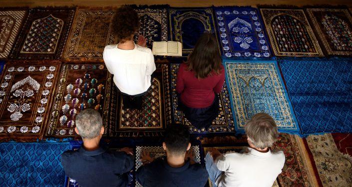 Deux femmes imames dirigent une prière, cérémonie inédite en France