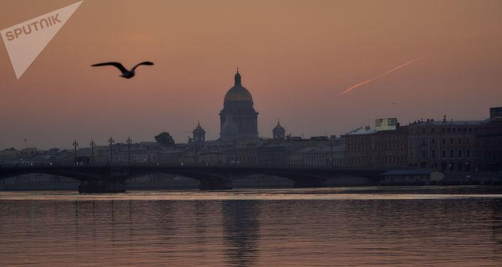 La cathédrale Saint-Isaac de Saint-Pétersbourg à l'aube
