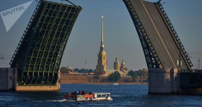 Vue du pont levé du Palais et de la forteresse Pierre-et-Paul