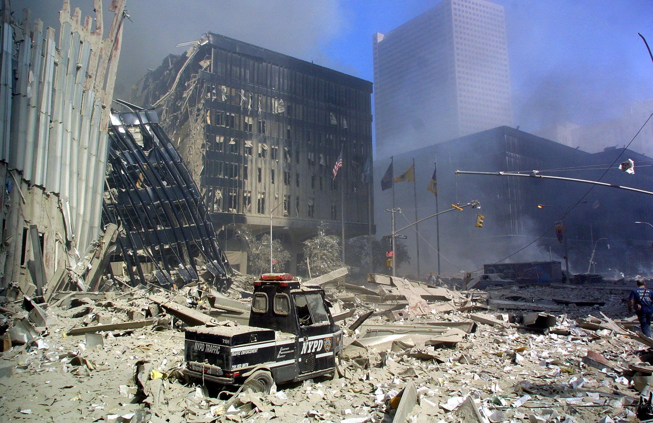 Среди развалин после теракта 11 сентября в Нью-Йорке