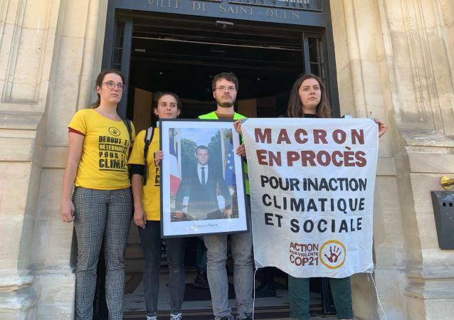 Décrochage des portraits de Macron: l'action de ANV COP 21 en soutien aux militants jugés aujourd'hui au TGI