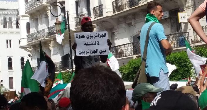 Non à la division, les Algériens sont tous frères, écrit ce manifestant un 5juillet 2019 à Alger