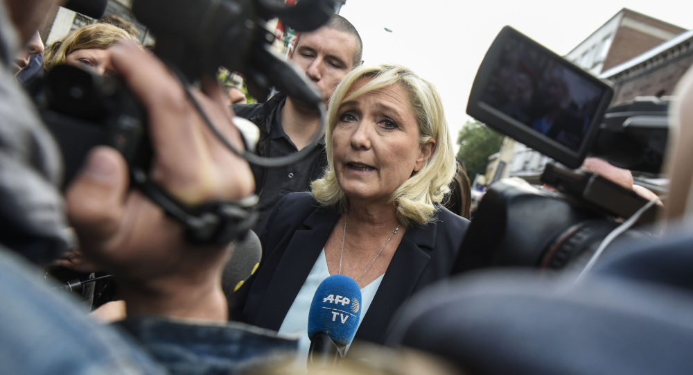 Marine Le Pen ne veut pas laisser Emmanuel Macron «faire campagne tout seul» pour 2022