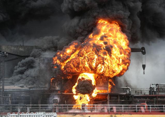 Incendie d'un navire vu depuis le port d'Ulsan, en Corée du Nord