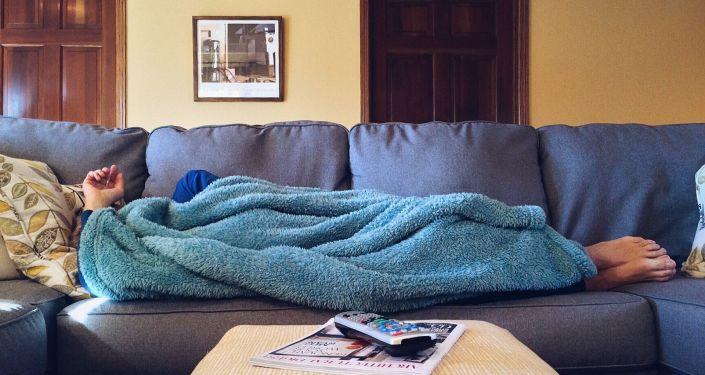 un homme sur le canapé (image d'illustration)