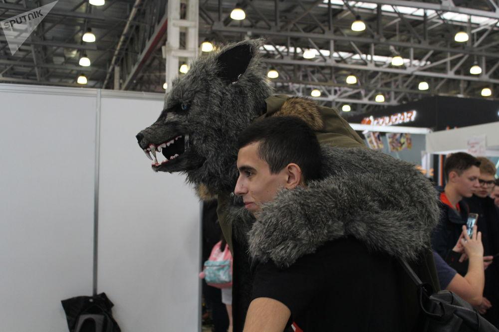 Un homme déguisé en loup gris à la conférence des amateurs de jeux vidéo Igromir et à la convention des bandes dessinées Comic Con 2019 à Moscou.
