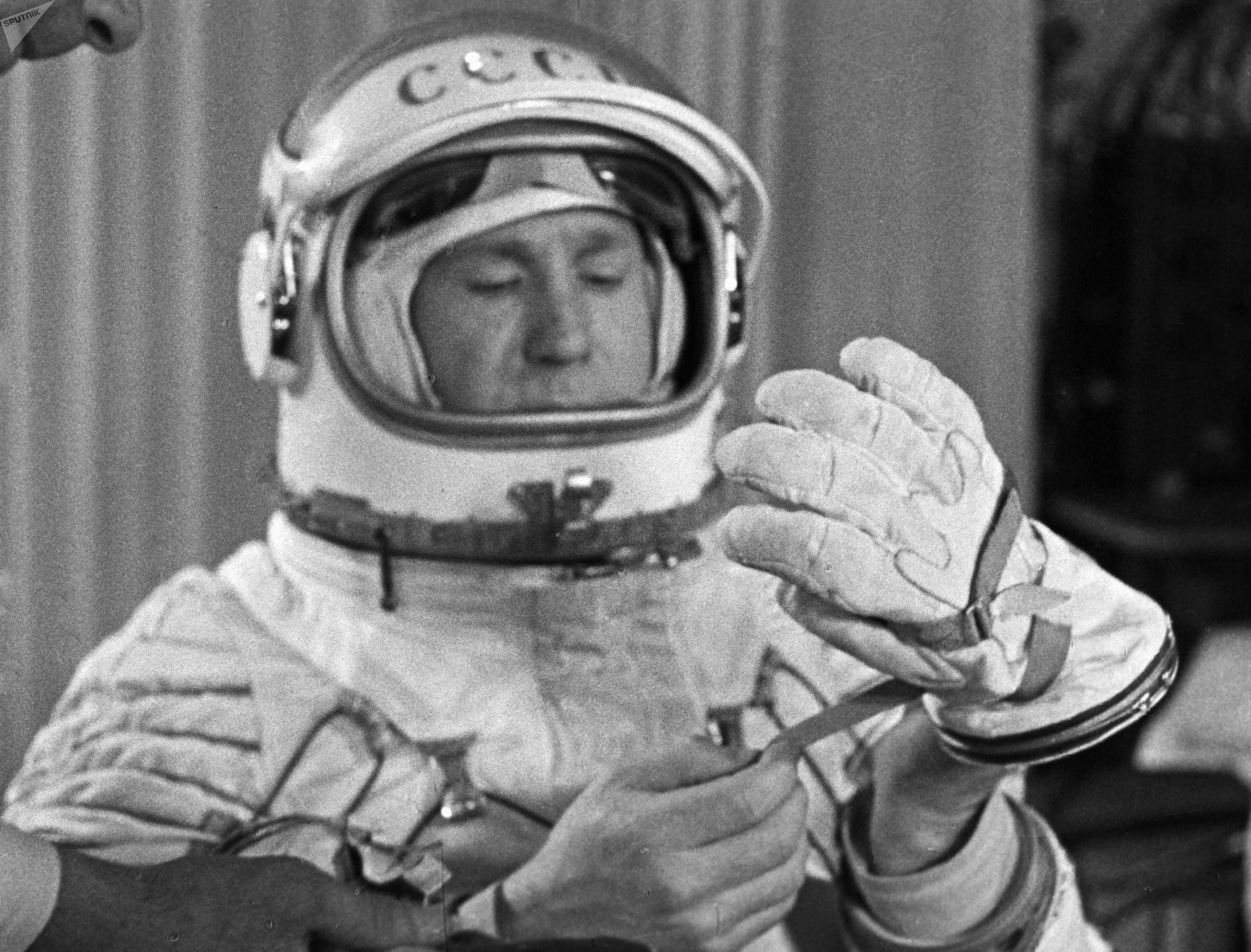 Космонавт Алексей Леонов примеряет герметические перчатки во время тренировок в Центре подготовки космонавтов.