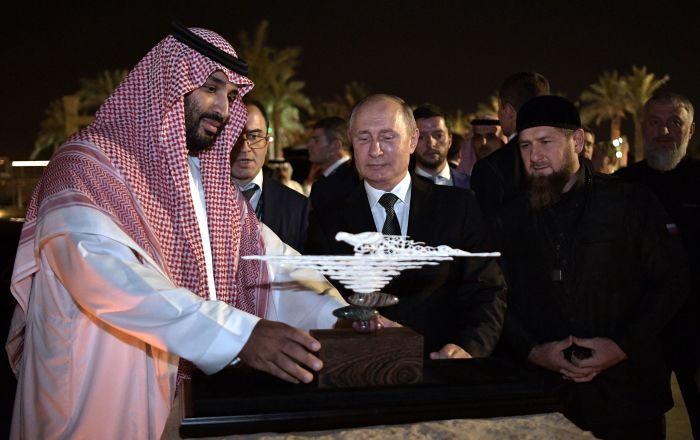 Vladimir Poutine offre un objet d'art fait d'une défense de mammouth à prince héritier saoudien Mohammed ben Salmane lors d'une visite d'État en Arabie saoudite